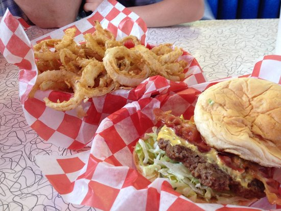 M G's Restaurant: Cadillac burger and onion rings. Yum!