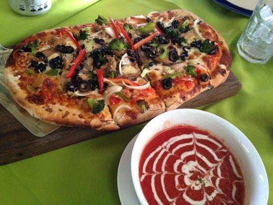 BAR AND GRILL RAICES: Buena pizza y costillas sin hueso
