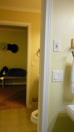 Inn at the Shore: Neighboring bathrooms.