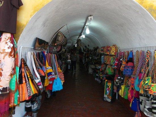 """Las Bóvedas : Cartagena de Indias, Colombia. Una de las tiendas o """"bóvedas""""."""