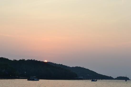 Holiday Inn Resort Phuket : por do sol na praia em frente