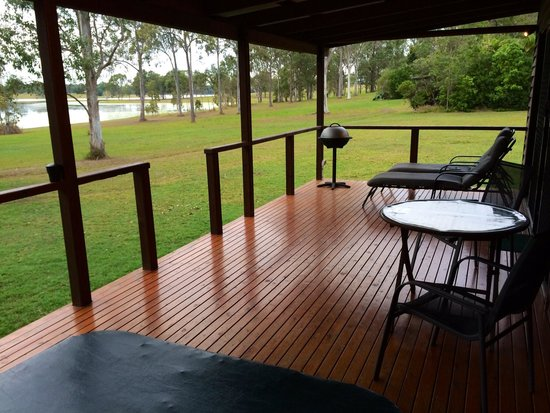 Whispers Lakeside Cabins: Back Veranda