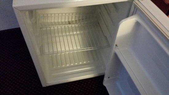 Econo Lodge Inn & Suites Oakland Airport: refrigerator isn't even cold