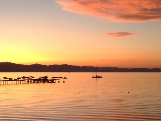 Tahoe Lakeshore Lodge and Spa: Sunset from the room