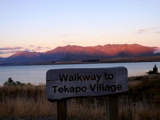 Lake Tekapo Motels & Holiday Park: walkway2