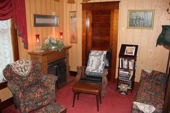 Shepherd's Inn Bed & Breakfast: Charming TV and living room area