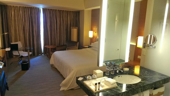 Sheraton Grand Hotel Hiroshima: Room from bathroom area