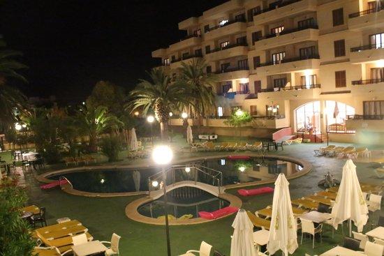 Playamar: hecha de noche en la terraza
