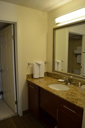 Residence Inn San Antonio Downtown/Alamo Plaza: Bathroom entrance