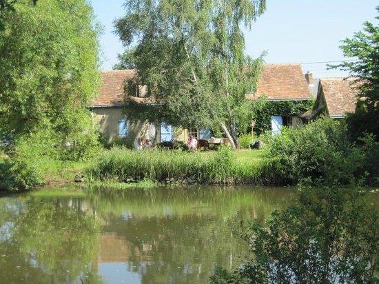 Le Clos des Nenuphars: View across the pond