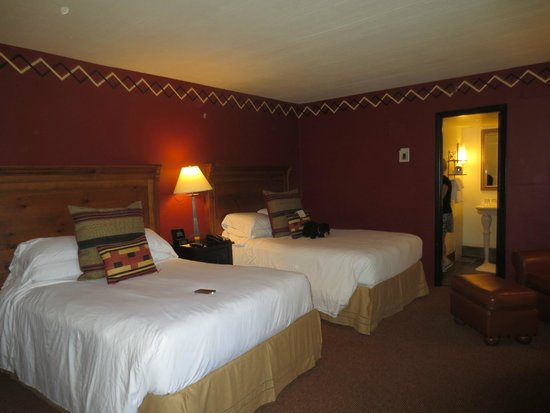 Inn and Spa at Loretto: Two double beds,  Nice decor.