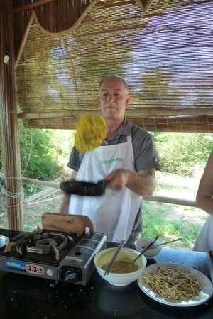 Tra Que Water Wheel : Flipping the egg pancake