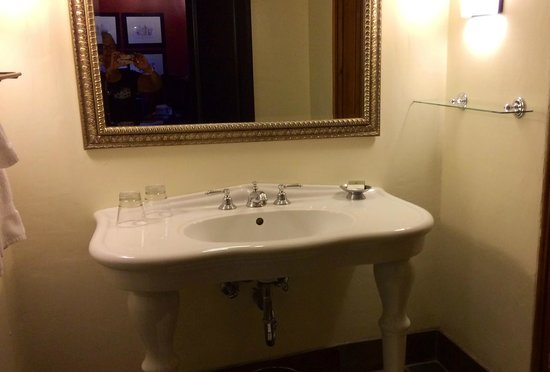 Inn and Spa at Loretto: Nice sink but not enough counter space