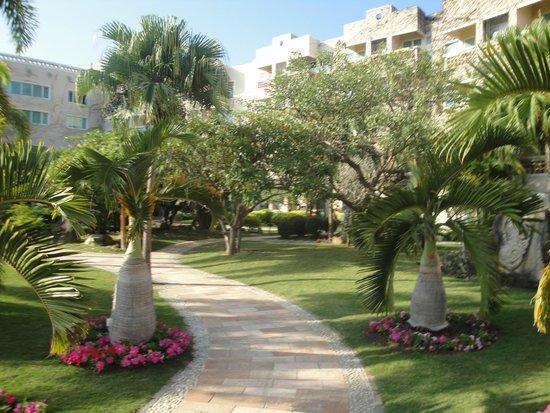 Cactus Resort Sanya by Gloria: Дорожки в Отеле