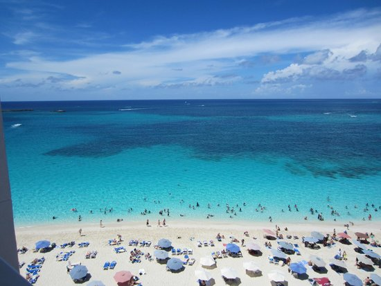 Hotel Riu Palace Paradise Island: Beach when cruise ships in Nassau * packed until 5 pm