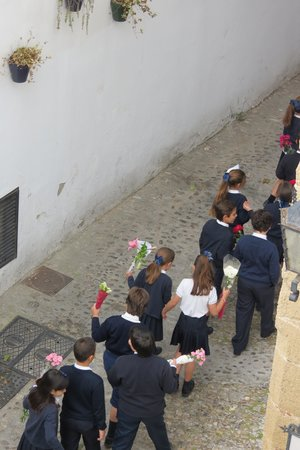 Hotel San Gabriel: Children walking to school below our window