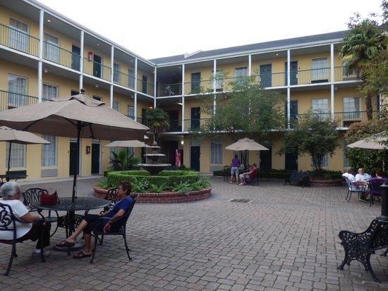 Quality Inn & Suites Maison St. Charles : main courtyard