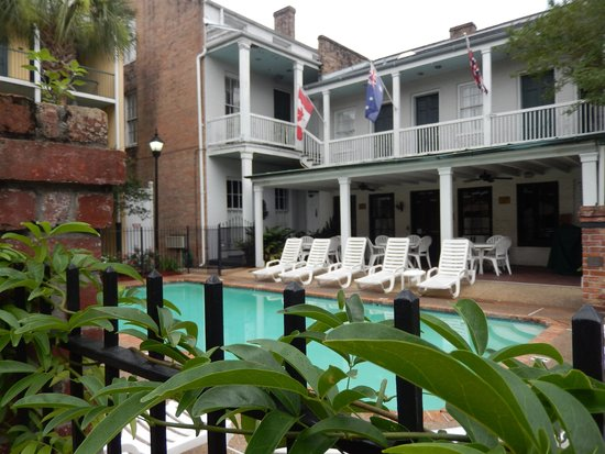 Maison St. Charles Hotel and Suites: pool, jacuzzi and brunch eating area