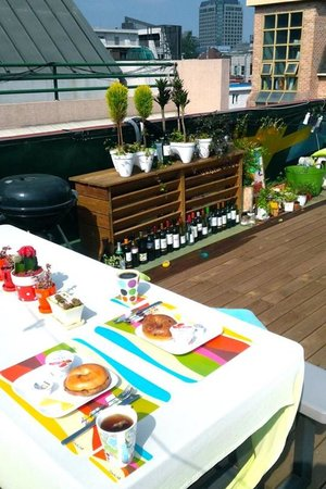 Urbanwood Guesthouse: breakfast at Urbanwood's rooftop