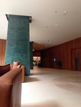 Millennium Resort Patong Phuket: Hotel lobby connect with swimming pool