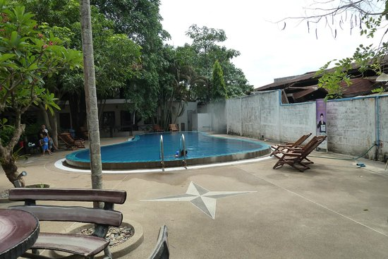 Vientiane Garden Hotel: Pool is very unappealing in the flesh, seating also lacking
