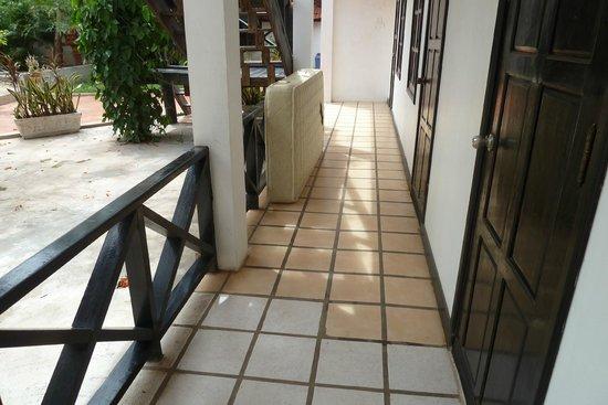 Vientiane Garden Hotel: Old mattress just sitting there... and walkways dirty