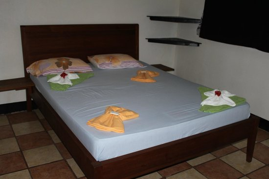 Hospedaje Soma: The amazingly soft bed and pretty towels.