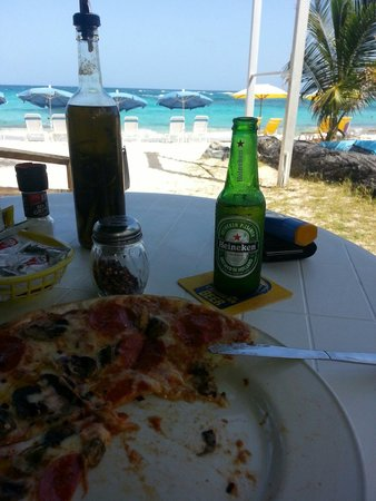 Mr. Busby's Beach Bar: Pizza in front of the sea
