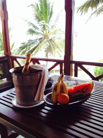 Saman Villas: Fruit basket and champagne on arrival