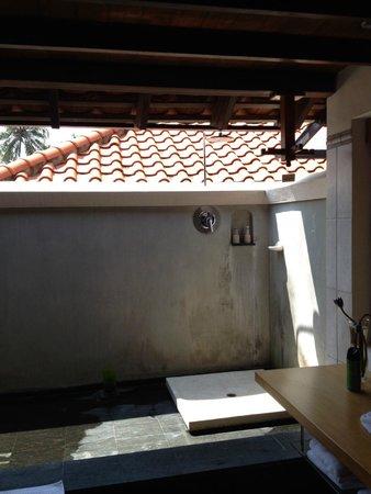 Saman Villas: Outdoor shower area
