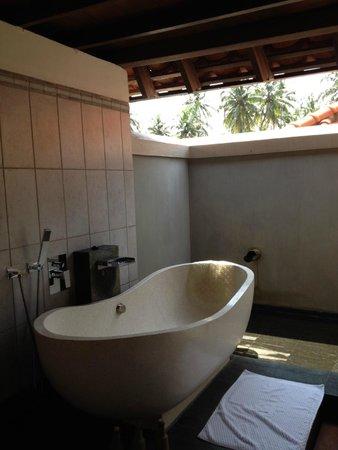 Saman Villas: Outdoor bathtub