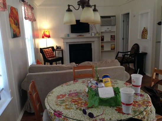 Cypress Creek Cottages: Living/dining