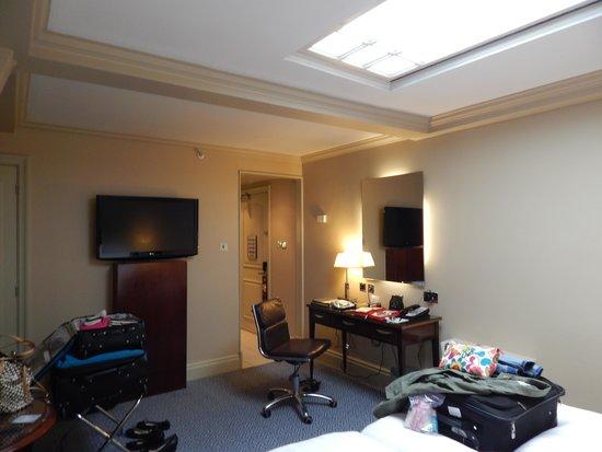 The Waldorf Hilton London: Desk/TV area Rom 753