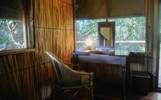Xugana Island Lodge: mirror and desk in rooms