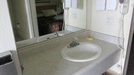 Days Inn - Ocean Shores : Large bath counter