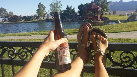 Longstreet Inn and Casino: Das death valley bier am teich bei sonnenuntergang. Einfach wunderbar