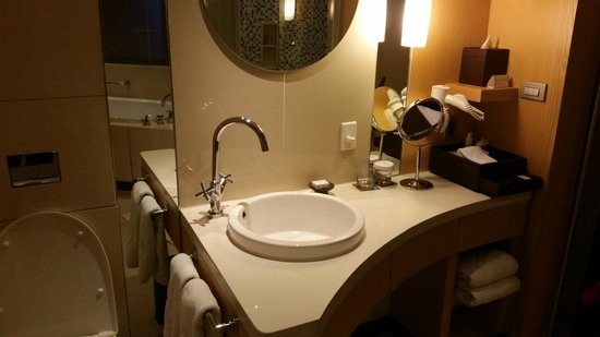 Centara Grand at CentralWorld : bathroom