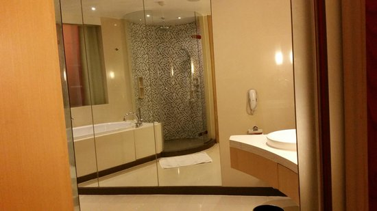 Centara Grand at CentralWorld : bathroom has shower and tub