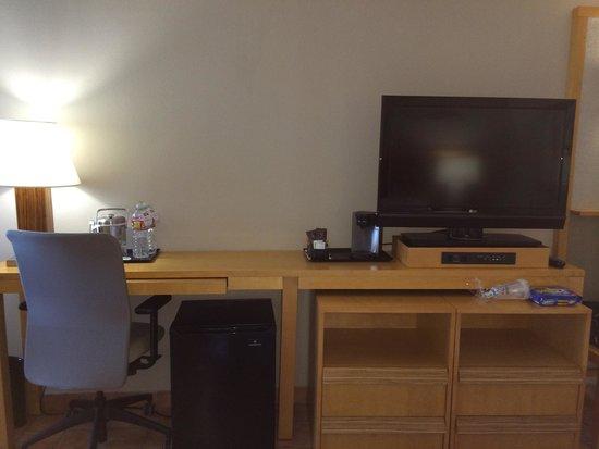 Pearl South Padre : Desk, coffee maker, mini fridge and tv