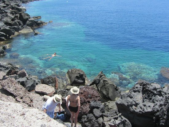 Amoudi Bay : People swimming and jumping off the cliff edge