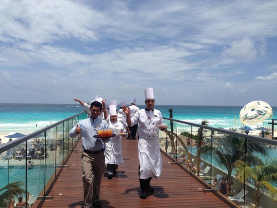 Secrets The Vine Cancun : Food being delivered by chefs at lunch time