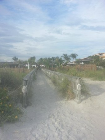 Beachcomber Beach Resort & Hotel: walkway from the bars to the beach