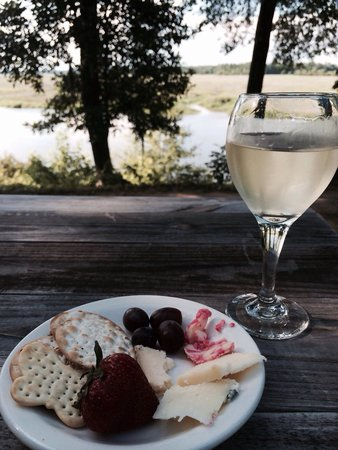 Inn at Middleton Place : Free wine and cheese nightly from 5-7 at the Lodge