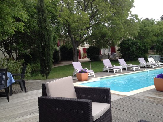 Mas des Micocouliers : Decking and garden by pool