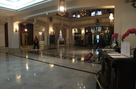 Fort Garry Hotel : Main lobby