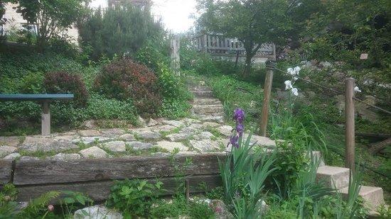 Mrs. B's Historic Lanesboro Inn : The gardens down to the river..sitting having breakfast