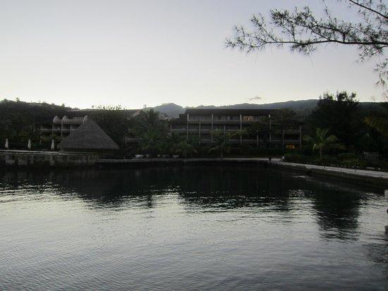 Manava Suite Resort Tahiti: Hotel vu de la piscine