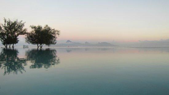 Manava Suite Resort Tahiti: Piscine avec Moorea