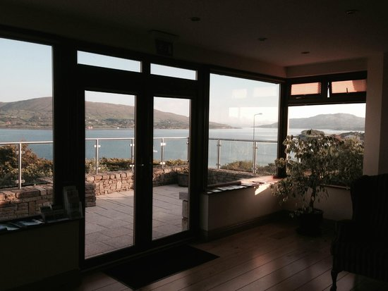 Sea Breeze Bed & Breakfast : Looking out from the lounge area