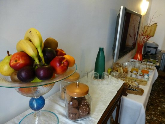 Al Teatro Bed & Breakfast: Good selection of fruits & snacks at BF